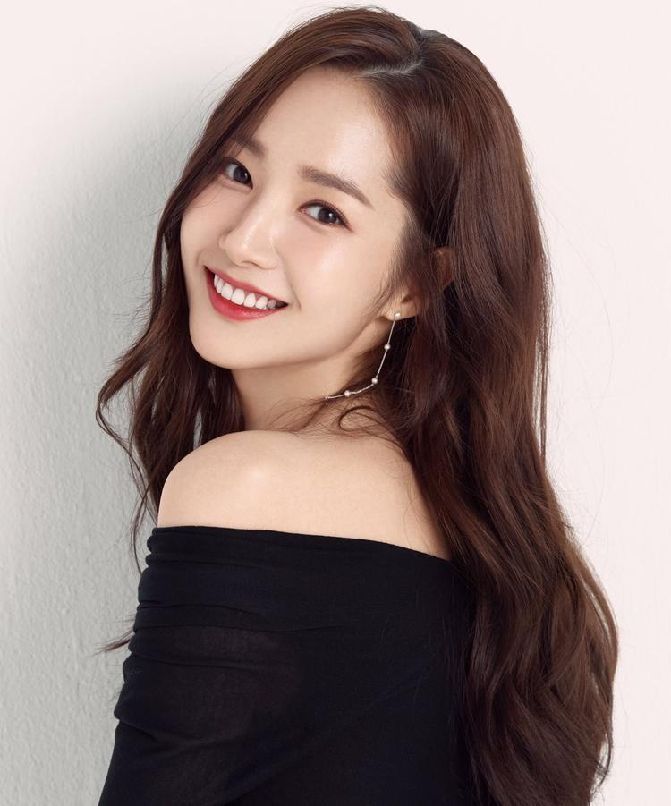 """Không ngoa khi nói Park Min Young là mỹ nhân """"dao kéo"""" thành công nhất showbiz Hàn bởi vẻ ngoài không tỳ vết và đẹp rạng ngời theo thời gian."""