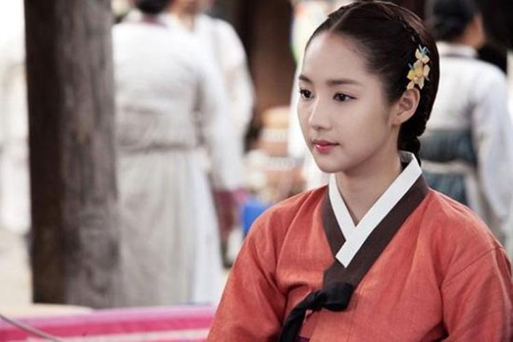 Trong bộ phim Danh y vượt thời gian, nữ diễn viên 32 tuổi hóa thân thành khuê nữ dịu dàng ở triều đại Joseon…