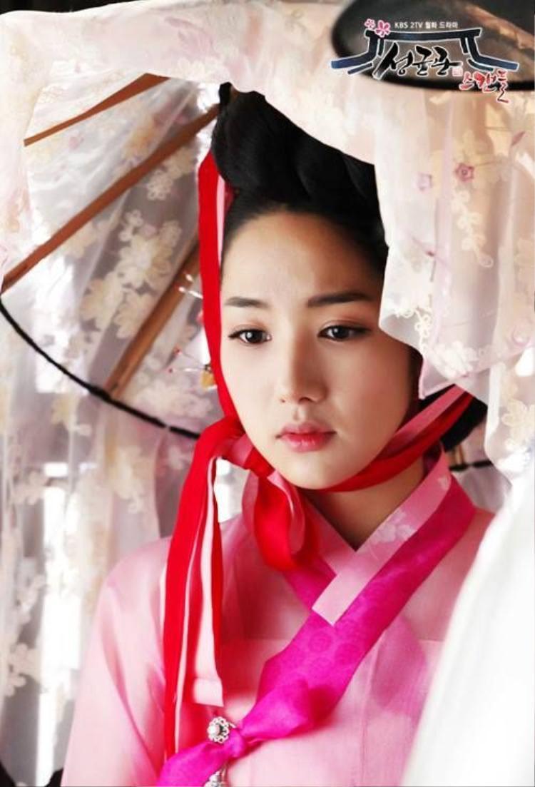 Khi diện Hanbok, Park Min Young càng tỏa sáng với khí chất ngời ngời.