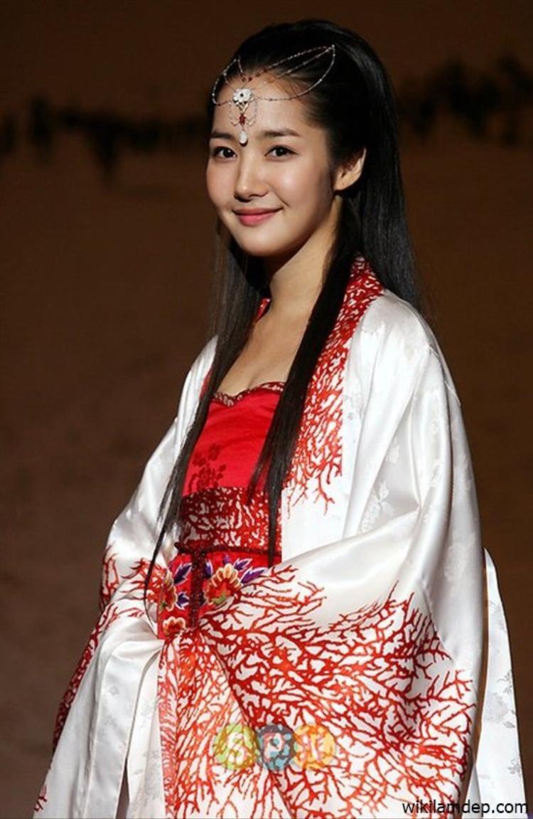 Năm 2009, nữ diễn viên có vai diễn cổ trang đầu tiên trong phim Công chúa Ja Myung Go.Nhan sắc dịu dàng, xinh đẹp hơn người của Park Min Young được khán giả trầm trồ khen ngợi.