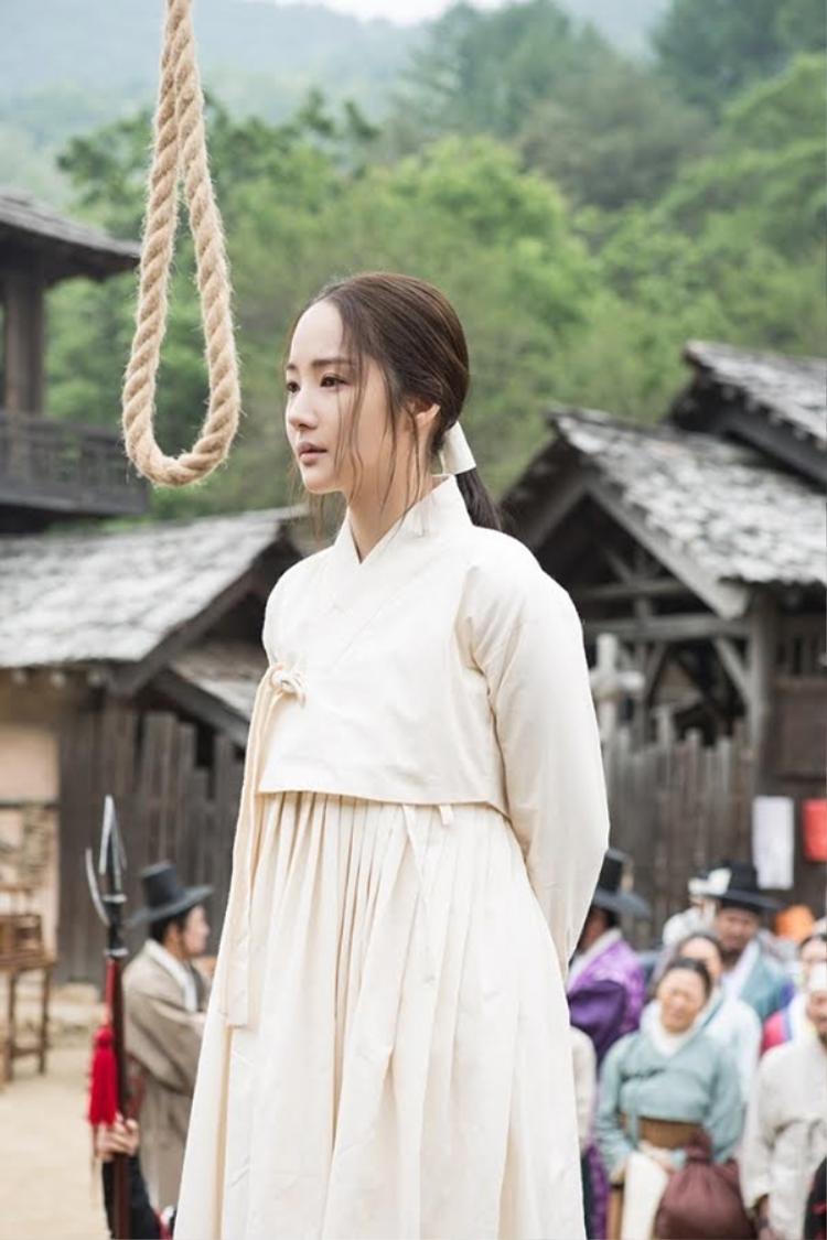 """Năm 2017, Park Min Young trở lại với 7 ngày làm vương hậu.Với tạo hình tiều tụy như thế này vẫn không thể """"dìm hàng"""" nổi nhan sắc hết sức xinh đẹp của nữ diễn viên."""