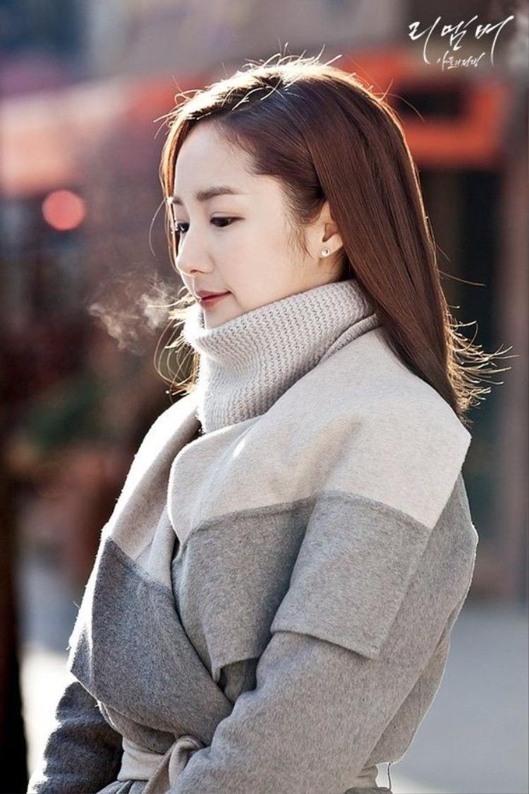 Trong bộ phim Remember, Park Min Young xuất hiện với tạo hình mong manh, u buồn, đóng cặp cùng nam diễn viên kém 7 tuổi - Yoo Seung Ho. Dù chênh lệch về tuổi tác, cô vẫn được khen tương xứng và quá xinh đẹp khi đứng cạnh đàn em.