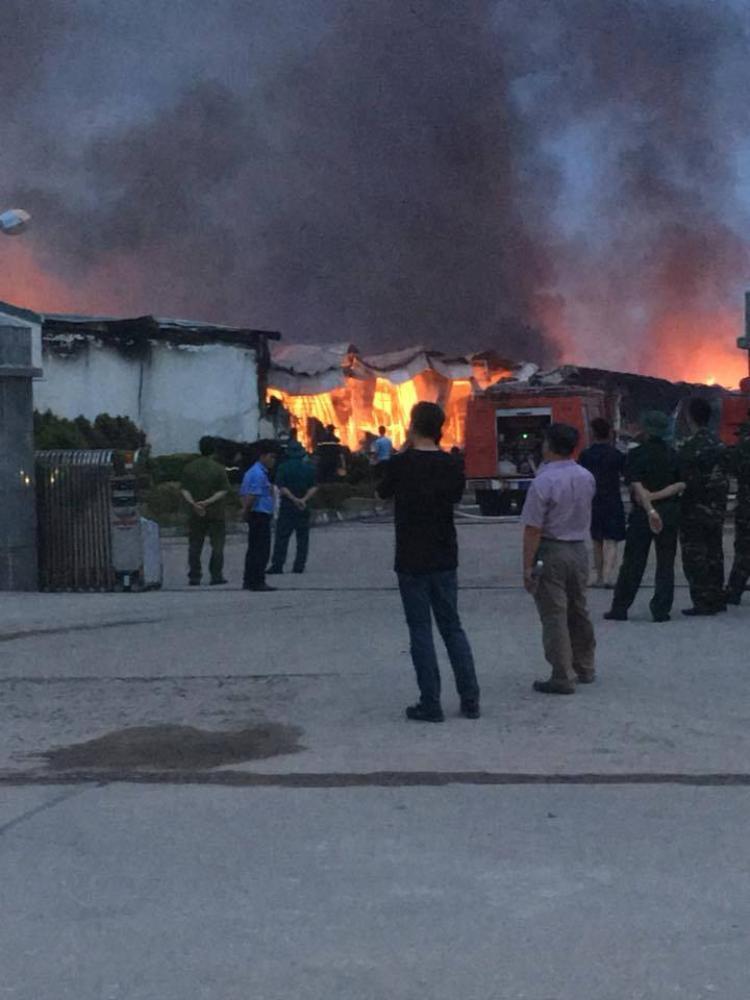 Trước đó, nam cảnh sát PCCC đã cùng nhiều chiến sĩ khác nỗ lực dập tắt đám cháy ở khu công nghiệp Thụy Vân.