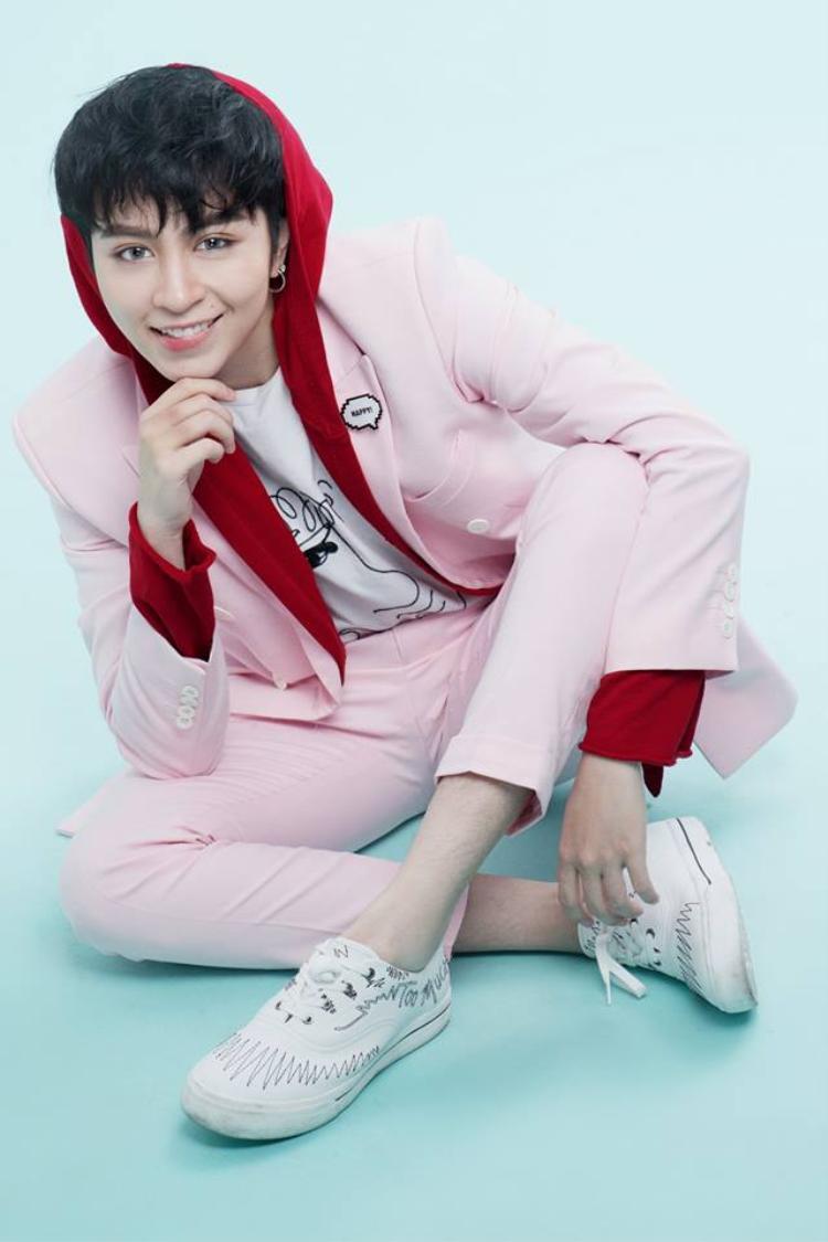 Cực đáng yêu trong bộ vest màu hồng thế này đây nhưng vẫn rất soái ca nhé.