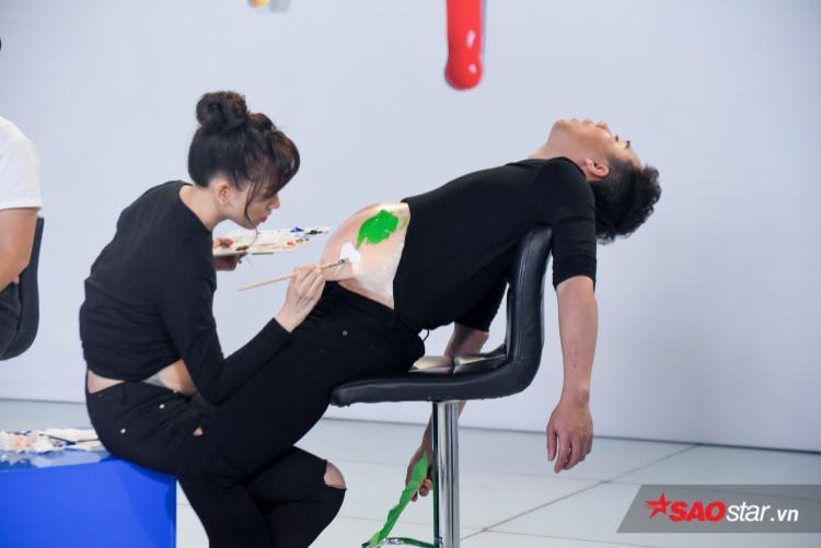 Hari Won tỉ mỉ vẽ từng nét tạo nên bản đồ trên bụng bầu của Trấn Thành.