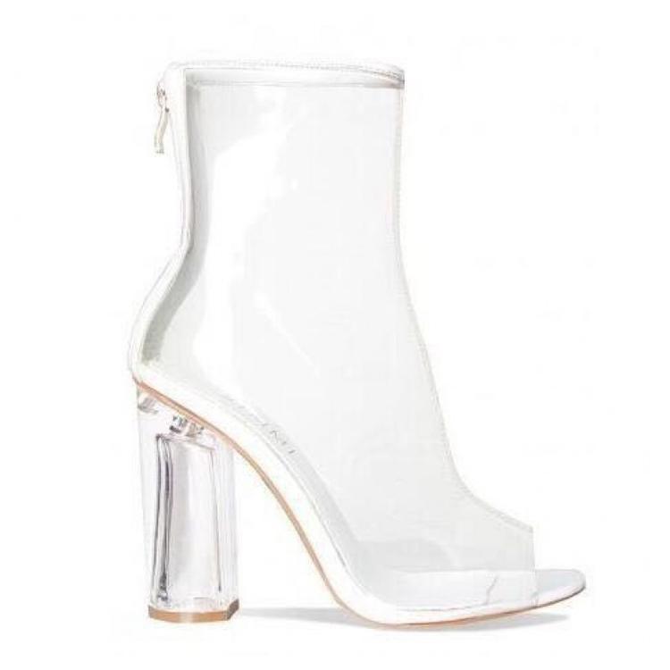 """Ngoài ra, đừng lấy những thiết kế quá """"bít bùng"""", chỉ toàn bằng PVC, những mẫu giày với các khoảng cắt hở trên nhiều loại chất liệu sẽ đem lại sự thoải mái hơn cả. Nếu cần một đôi giày để di chuyển cả ngày, hãy gạch bỏ item này ra khỏi danh sách và tìm cho mình một sự lựa chọn thoải mái hơn."""