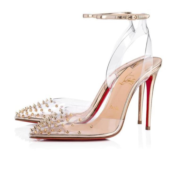 Tuy nhiên, trông sang chảnh là thế, nhưng kiểu giày này chẳng hề đem lại cảm giác dễ chịu cho người mang. Chất liệu PVC không thoát khí nên khi mang lâu dài, dễ gây cảm giác nóng chân, bí bức.
