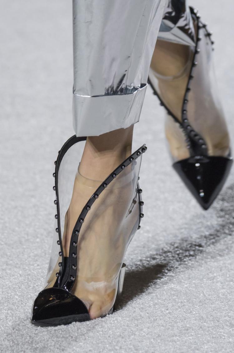 Balmain từng khiến giới một điệu sửng sốt khi giới thiệu một vài mẫu giày dép trong suốt kết hợp cùng chất liệu da bóng.