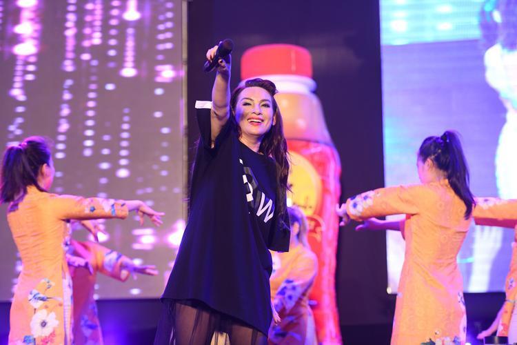 Ngay đầu chương trình nữ ca sĩ đã làm nổ tung sân khấu bằng ca khúc Ngựa ô thương nhớ.
