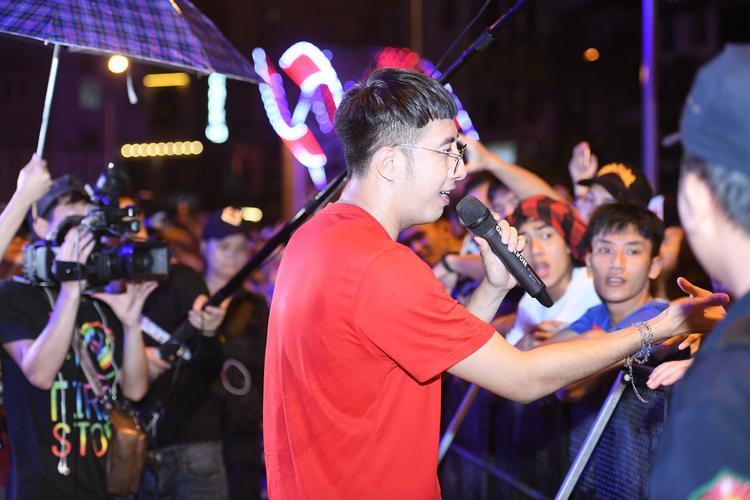 Phi Nhung trẻ trung bất ngờ xuất hiện trong lễ hội Phố hàng nóng