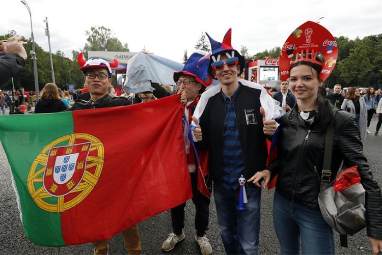 Các CĐV cầm cờ Bồ Đào Nha khi tham dự lễ khai trương khu vực FIFA Fan Fest ở Vorobyovy Gory. FIFA Fan Fest có sức chứa hàng chục nghìn người hâm mộ tổ chức các bữa tiệc hoành tráng trong suốt một tháng diễn ra World Cup 2018 (từ 14/6 - 15/7).