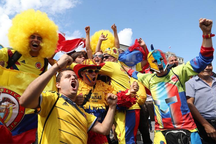 CĐV đội tuyển Colombia tập trung thành các nhóm cổ vũ. Họ mặc áo vàng - màu áo của đội tuyển Colombia.Chương trình khai mạc VCK World Cup 2018 sẽ được tổ chức trên sân vận động quốc gia Nga Luzhniki ở thủ đô Moscow với sự theo dõi của 80.000 khán giả và hàng triệu người hâm mộ xem truyền hình. Đây cũng sân diễn diễn ra trận đầu tiên và cả trận cuối cùng của chung kết World Cup 2018.