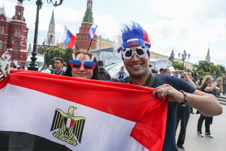Các CĐV Ai Cập cầm quốc kỳ cổ vũ đội nhà tại giải bóng đá lớn nhất hành tinh 4 năm mới diễn ra một lần.