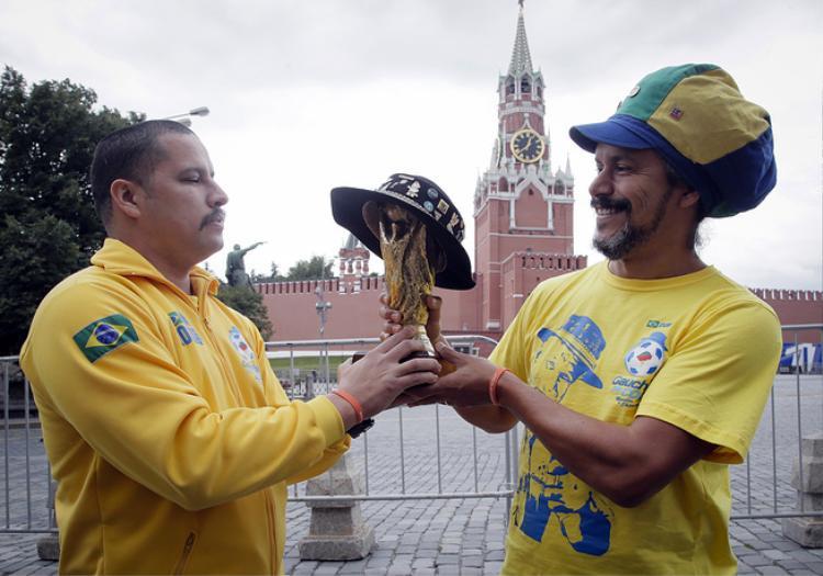 Fan hâm mộ đội tuyển Brazil nâng bản sao chiếc cup vàng World Cup khi đứng ở khu vực gần Điện Kremlin ở Moscow.