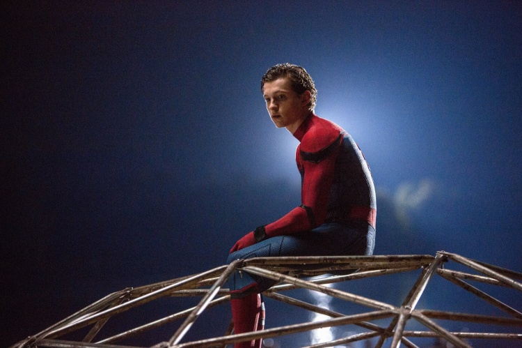 Tom Holland nên bay bổng, nhẹ nhàng như Peter Pan hay chuyền cành lanh lẹ như Peter Parker?