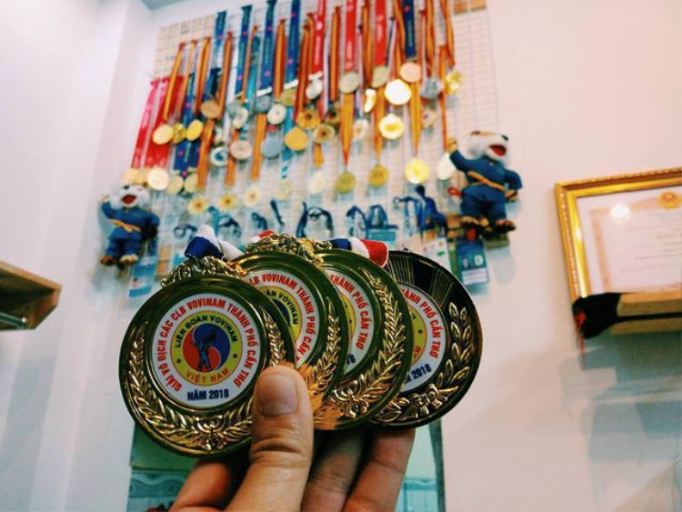 Bộ sưu tập huy chương trong 19 năm cống hiến và 12 năm thi đấu chuyên nghiệp của VĐV Nguyễn Phúc Thịnh