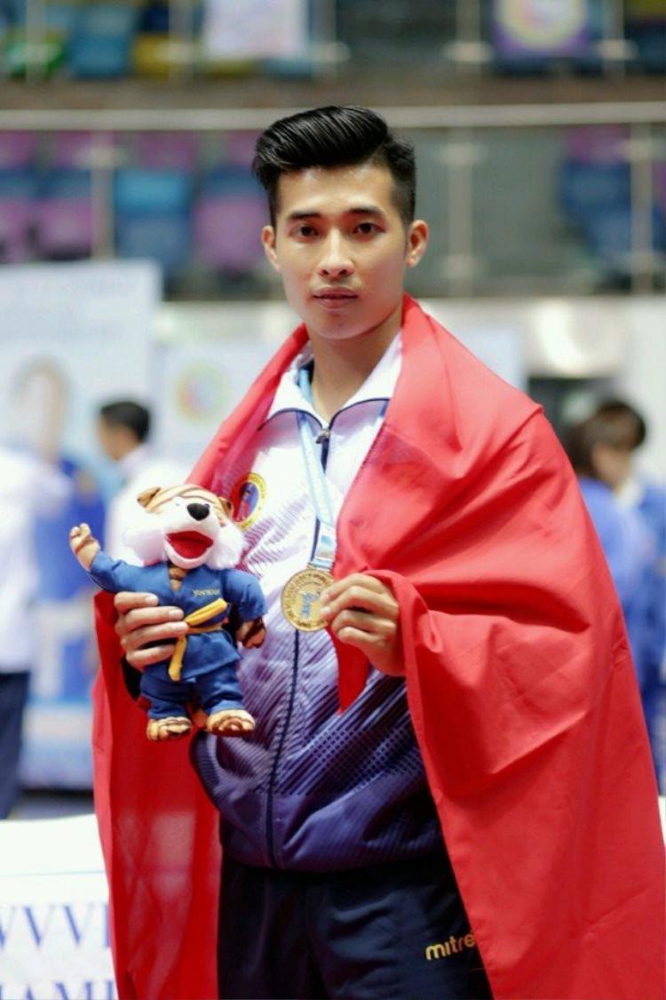 Gần đây nhất, 3 lần đại diện cho Việt Nam tham dự giải đấu thế giới tại Pháp, Ấn Độ và Algeria, Phúc Thịnh đều đem về huy chương Vàng.