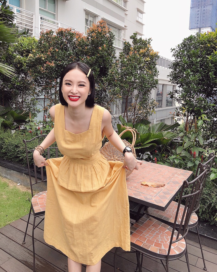 """Angela Phương Trinh thật nhí nhảnh khi tạo dáng """"xấu"""" với nguyên set đồ từ váy đến kẹp tóc cùng tông màu vàng nổi bật."""
