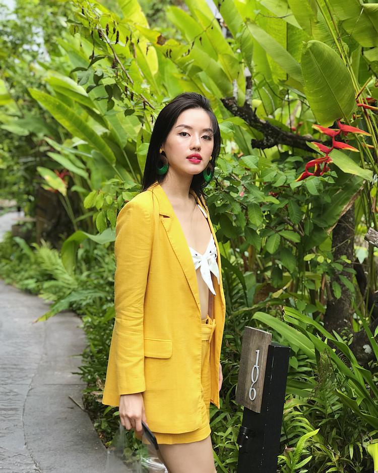 Diện áo croptop một gang tay, Khánh Linh The Face khiến mình chẳng hề phản cảm bằng cách khoác thêm áo blazer nhẹ bên ngoài.