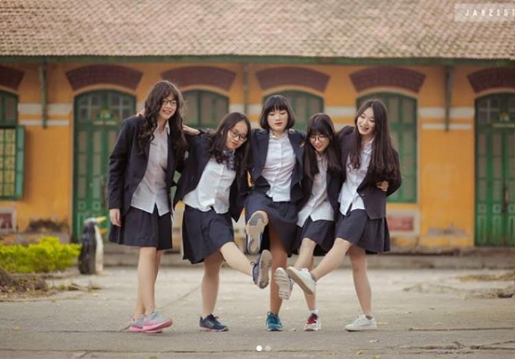 Đây cũng được coi là ngôi trường có phong cảnh và không gian đẹp nhất trong các trường THPT ở Hà Nội. Trường cũng được xây dựng theo kiến trúc Pháp. Ảnh: @dtk.linh.5.