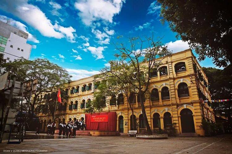 THPT Việt Đức chính thức được thành lập năm 1955 nhưng có lẽ lịch sử của trường bắt đầu từ năm 1897 với sự ra đời của trường dòng có tên Puginier. Sau khi giải phóng thủ đô (10/10/1954), trường được đặt tên là Trường phổ thông cấp 2 - 3 Hà Nội. Từ năm 1970, trường được tách thành 2 trường là trường PTTH Việt Đức (học buổi sáng) và trường PTTH Lý Thường Kiệt (học buổi chiều). Đến năm 1977, 2 trường này sáp nhập thành trường THPT Việt Đức ngày nay. Ảnh: THPT Việt Đức.