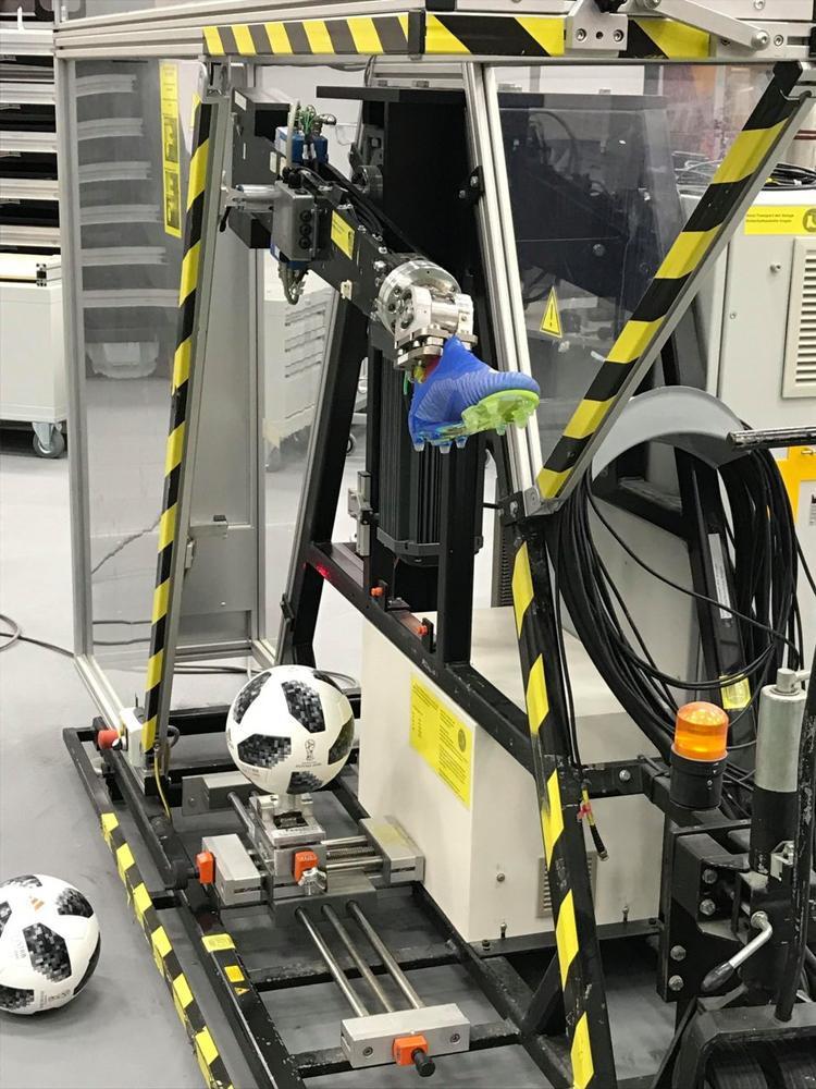 Bóng được thử nghiệm cùng những đôi chân robot.