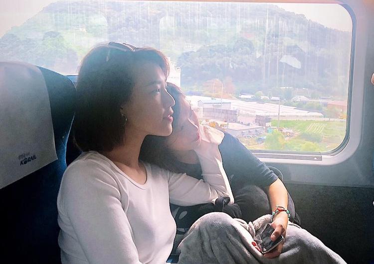 """""""Dung đại ca"""" hết lòng chăm sóc """"Phương Phan Rí"""" trong suốt chuyến đi."""