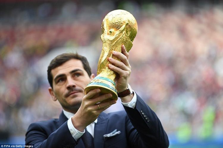 Cựu đội trưởng Tây Ban Nha nâng chiếc cúp vàng giữa tiếng reo hò phấn khích từ hàng nghìn CĐV trên khán đài.