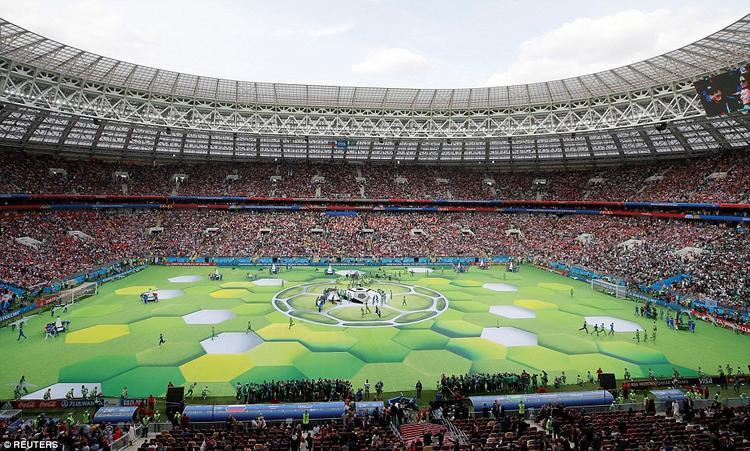 Hàng nghìn người có mặt tại sân vận động Luzhniki ở thủ đô Moscow chứng kiến lễ khai mạc World Cup nhiều màu sắc và hoành tráng của nước chủ nhà Nga. Tiếng kèn, trống rộn ràng vang lên khắp khán đài.