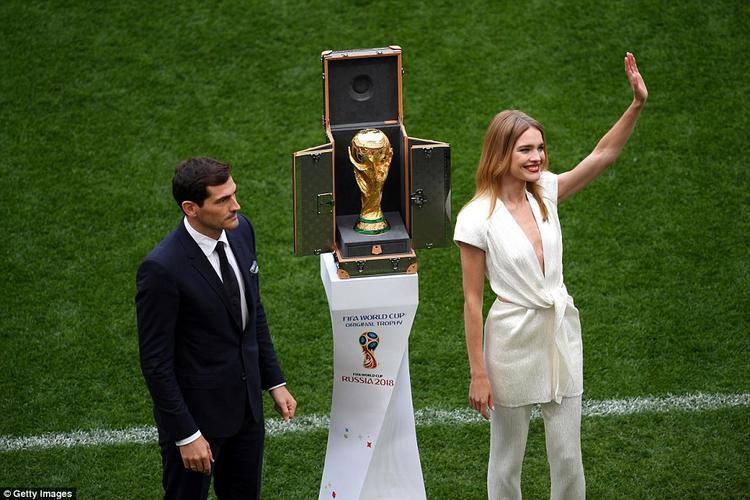 Casillas xuất hiện cùng siêu mẫu người Nga Natalia Vodianova.