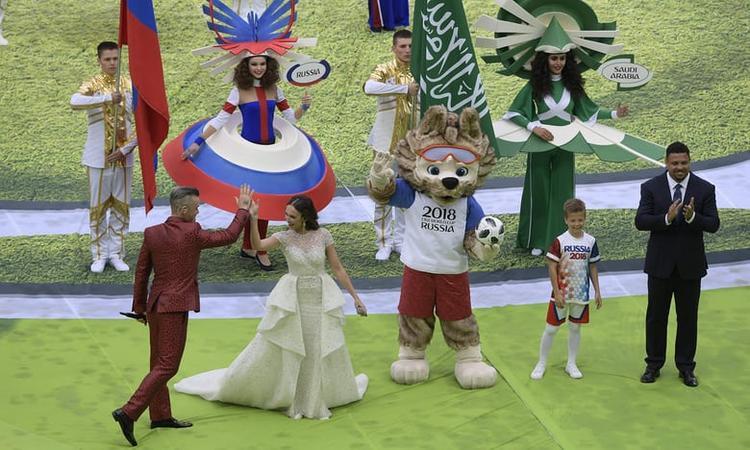 Màn song ca của Williams với nữ ca sĩ opera của nước chủ nhà Nga, Aida Garifullina. Bên cạnh họ là linh vậtZabivaka trong mùa World Cup năm nay. Trong bài diễn văn khai mạc, Tổng thống Nga Vladimir Putin bày tỏ sự vui mừng với lần đầu tiên tổ chức một vòng chung kết World Cup. Ông gửi lời cảm ơn tới FIFA và người hâm mộ toàn thế giới đã tới Nga trong hè 2018.Ông cũng hy vọng kỳ World Cup đầu tiên trên đất Nga sẽ đặt dấu mốc lịch sử cho nền thể thao xứ bạch dương.