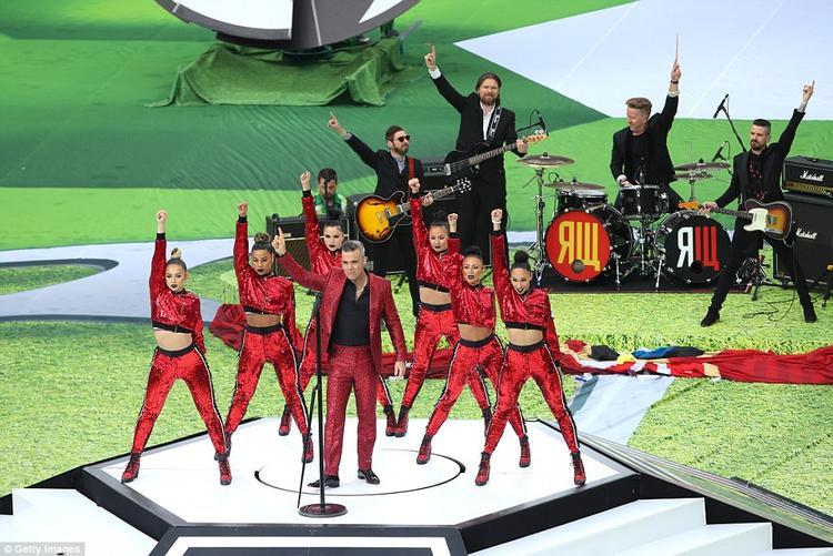 Ca sĩ nhạc pop người Anh Robbie Williams trình diễn 3 bài hát trong lễ khai mạc World Cup 2018. Williams làm nóng bầu không khí của sân Luzhniki bằng ca khúcLet Me Entertain You.