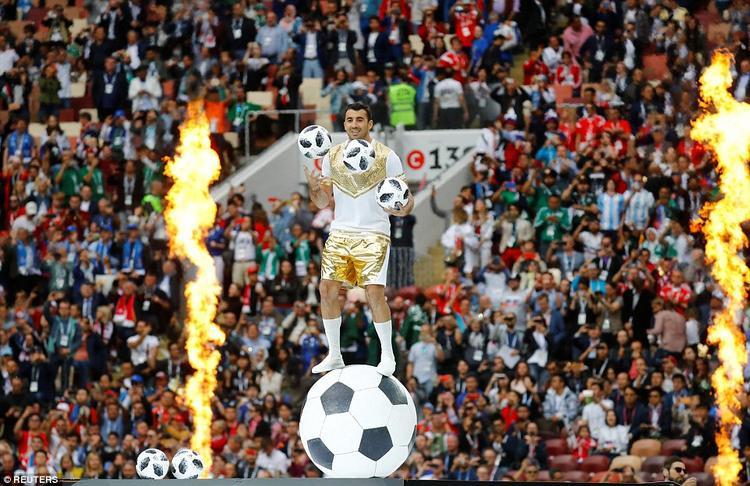Một nghệ sĩ giữ thăng bằng trên đỉnh của một bóng và tung hứng 3 quả khác khi lửa rực cháy hai bên.Theo Bloomberg, ngân sách Nga dành cho việc chuẩn bị World Cup 2018 với phần lớn số tiền khoảng 5,66 tỷ USD dùng để đầu tư cơ sở hạ tầng. Trong đó, Nga chi 3,21 tỷ USD để xây mới và sửa chữa sân vận động, 500 triệu USD cho công tác an ninh và 1,5 tỷ USD còn lại là các chi phí khác.
