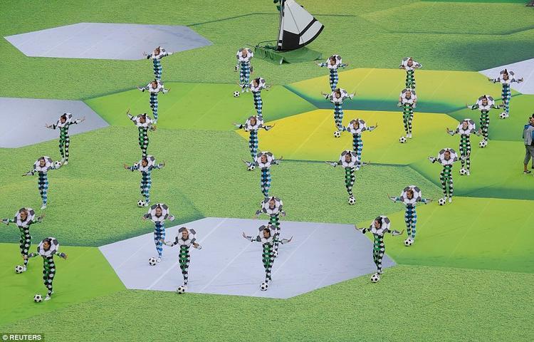Các vũ công nhảy theo tiếng nhạc của bài hát của Robbie Williams. Được biết, khoảng800 nghệ sĩ và vũ công tham gia các màn trình diễn trong lễ khai mạc hôm nay.