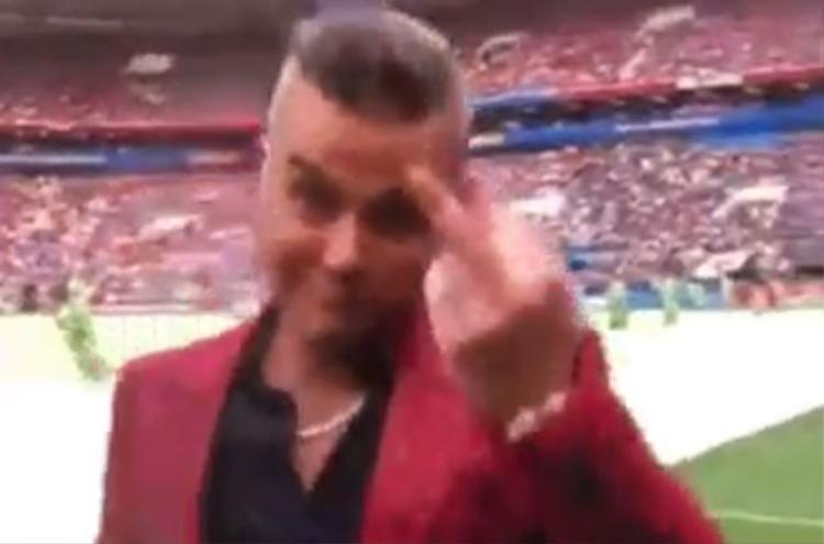 Hành động đáng xấu hổ của Robbie Williams.