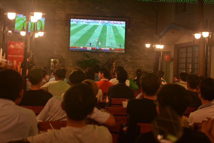 Ghi nhận tại nhiều quán café trên đường Phạm Văn Đồng, Lê Quang Định, Hoàng Sa-Trường Sa,… đa số đều trở nên đông đúc.