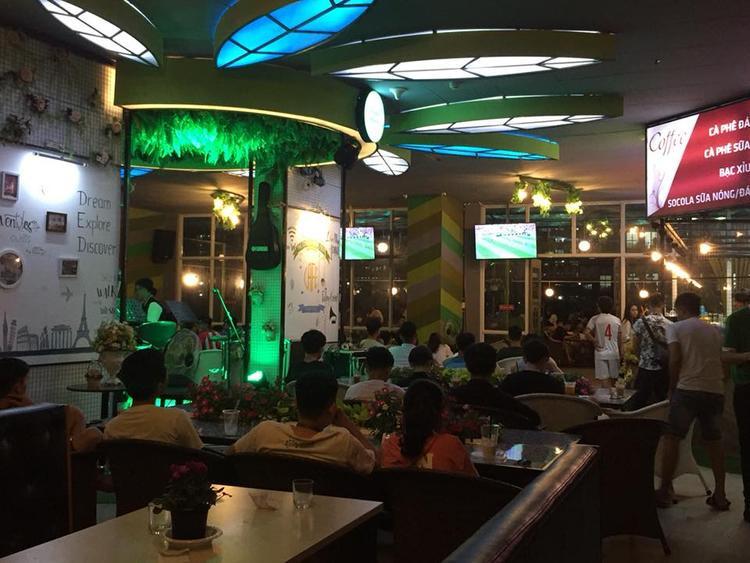 """Quản lí của quán cà phê The Green House Cafe tại KTX ĐHQG TP.HCM cho biết: """"Theo quy định của KTX quán sẽ phải đóng cửa vào lúc 11h30, trong khi đó, các trận bóng thường diễn ra tương đối muộn, thậm chí là gần sáng mới bắt đầu. Nhận thấy tinh thần yêu bóng đá của các bạn sinh viên ĐHQG quá lớn, chúng tôi đang có phương án đề xuất với ban quản lí nới lõng thời gian hơn, giúp các bạn sinh viên có cơ hội được xem trọn vẹn mùa World Cup 2018""""."""