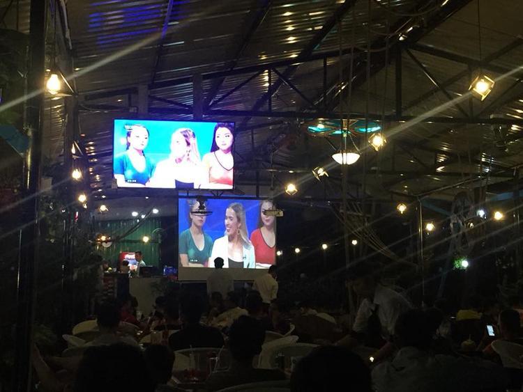Chủ quán đã bố trí một màn hình rộng bằng máy chiếu, và ti vi với chất lượng hình ảnh sắc nét để phục vụ các bạn sinh viên.