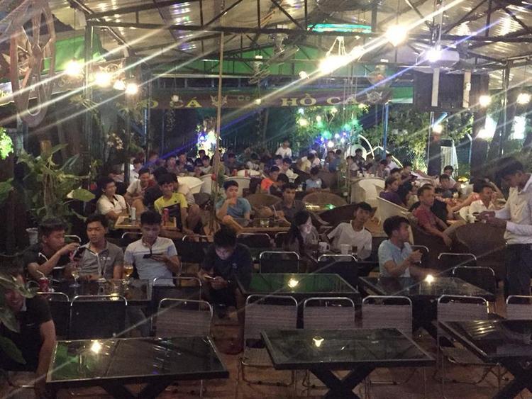 Tại quán cà phê Hồ Cá (nằm trong khuôn viên Làng Đại học Thủ Đức) từ rất sớm đã có rất đông các bạn sinh viên đến xem lễ khai mạc và trận đấu đầu tiên.