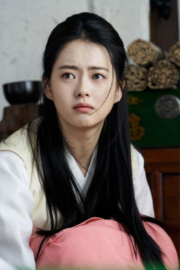 Trong phim, Go Ara đóng vai Ah Ro, là cô gái mang thân thế nửa quý tộc, nửa thường dân và có cá tính mạnh, tính tình ngay thẳng, đáng tin cậy. Vì thế cô nhận được sự quan tâm đặc biêt từ là Moo Myung và Sam Maek Jong.