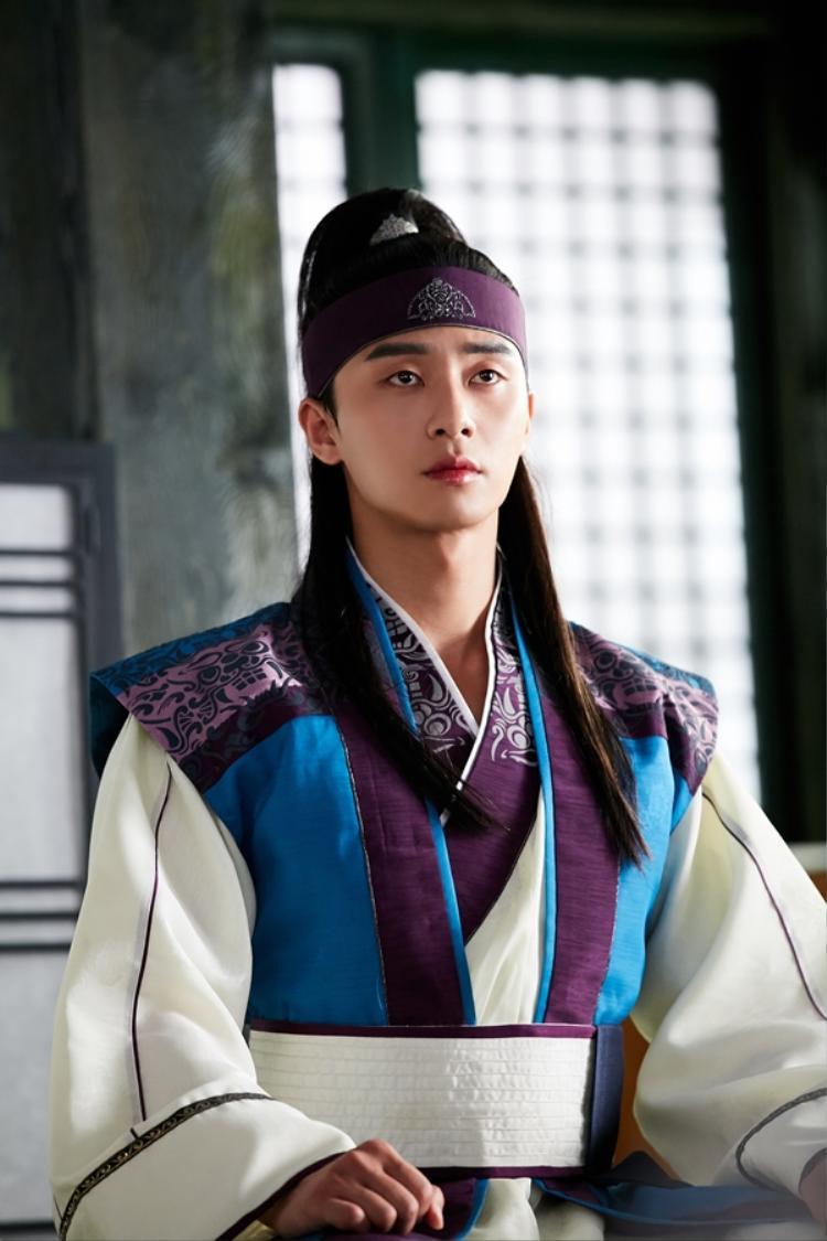 """Park Seo Joon thủ vaiSun Woo - lĩnh của Hwarang, nhưng nổi tiếng với biệt hiệu Moo Myung (Vô Danh). Tài năng nổi trội, tính tình ngông cuồng, nhưng sâu thẳm anh ta chỉ mưu cầu tự do, """"sống như loài chó hoang, bay nhảy như chim trời"""". Sun Woo yêu thương Ah Ro và khao khát bảo vệ nàng."""