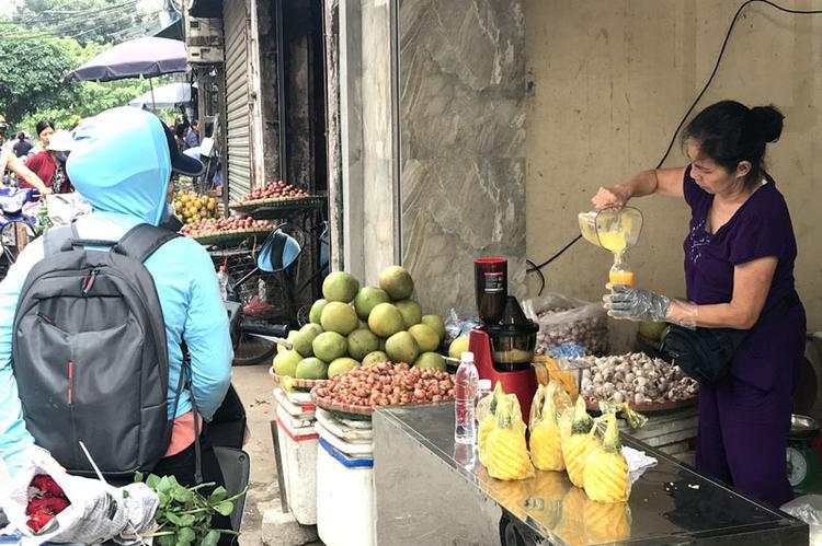 Dứa được mùa, trên vỉa hè Hà Nội xuất hiện nhiều hàng bán nước ép dứa nguyên chất giá rẻ.