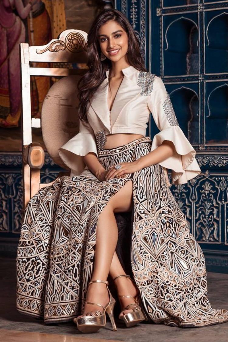 """Meenakshi Chaudhary của bang Haryana. Cô cao 1m70, năm nay 21 tuổi. Mỗi lần đăng quang các cuộc thi nhan sắc quốc tế, Hoa hậu Ấn Độ luôn gây """"bão"""" vì nhan sắc """"thành xiêu nước đổ"""" không chê vào đâu được."""