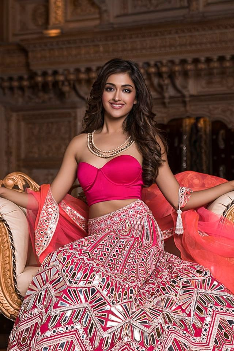 """Gayatri Bhardwaj, đại diện bang New Delhi. Người đẹp năm nay 22 tuổi, sở hữu chiều cao 1m68. Ở đấu trường nhan sắc quốc tế, Ấn Độ đang là một đất nước"""" làm mưa làm gió"""" khiến nhiều quốc gia phải e sợ."""