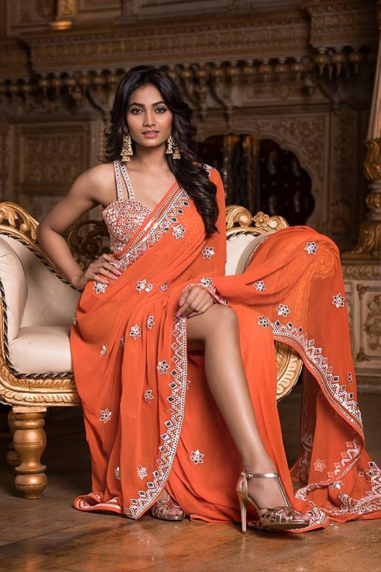 Spandana Palli đại diện bang Chhattisgarh. Cô năm nay 25 tuổi, cao 1m73. Trước trở thành thí sinh Hoa hậu Ấn Độ các cô gái phải đạt được danh hiệu ở cấp bang.