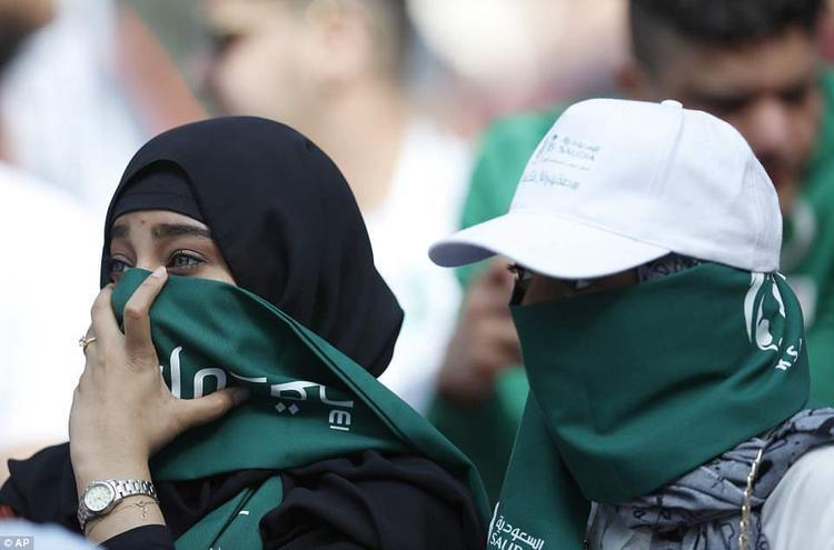 Những điều luật khắt khe của đạo Hồi không cho phép phụ nữ được tùy tiện ăn mặc thoải mái như phụ nữ Nga. Ảnh: AP