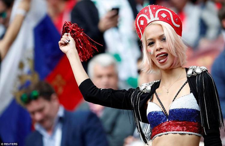 Một nữ CĐV Nga mặc áo ngắn cổ vũ đội tuyển.Ảnh: Reuters