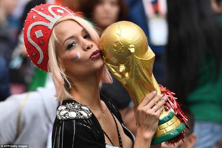 Một nữ CĐV Nga cầm bản mô phỏng chiếc Cup vàng. Ảnh: AFP/Getty
