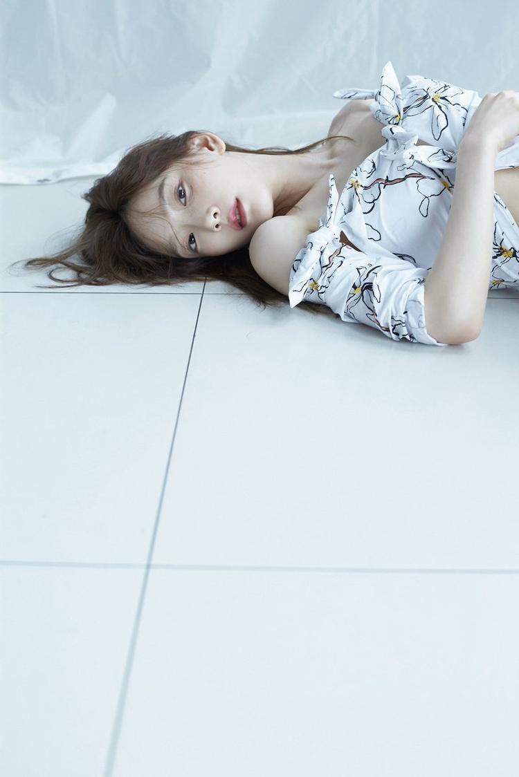 Taeyeon với tạo hình giản dị đời thường với tông màu đen trắng trong 'Something new' làm fan xúc động.