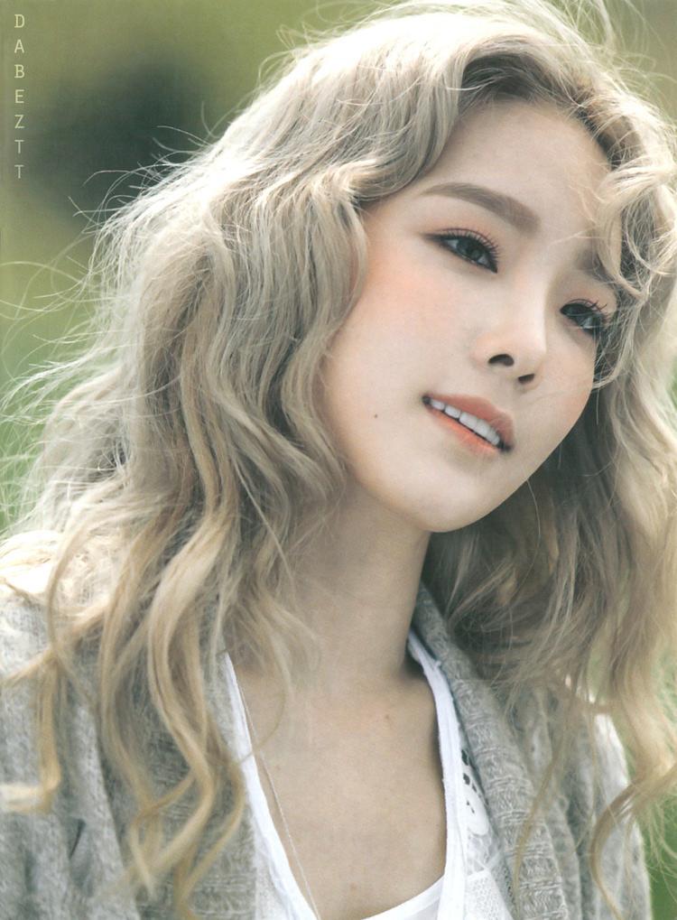 Tuy mang không khí lãng mạn nhưng Taeyeon thời gian này trang điểm rất đậm, điểm nhấn vào phần má hồng khiến cô giống hệt búp bê.